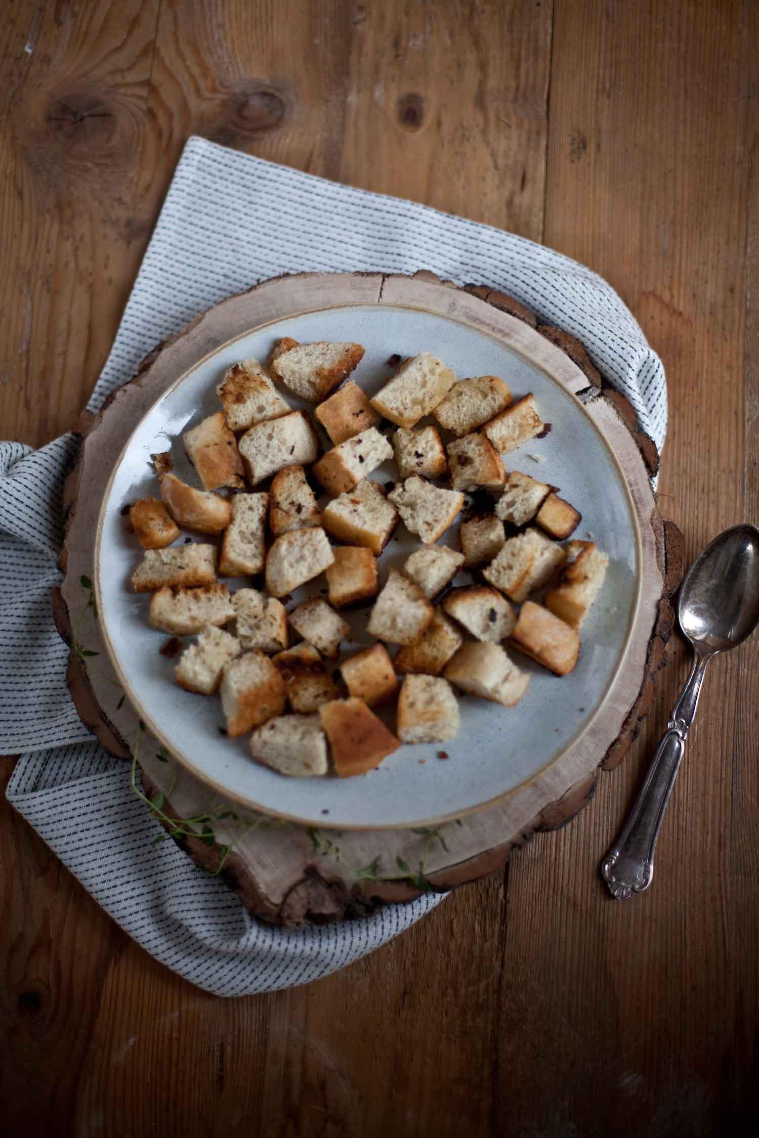 knusprige Brotwürfel aus Ciabatta oder Weissbrot als Topping für Suppe
