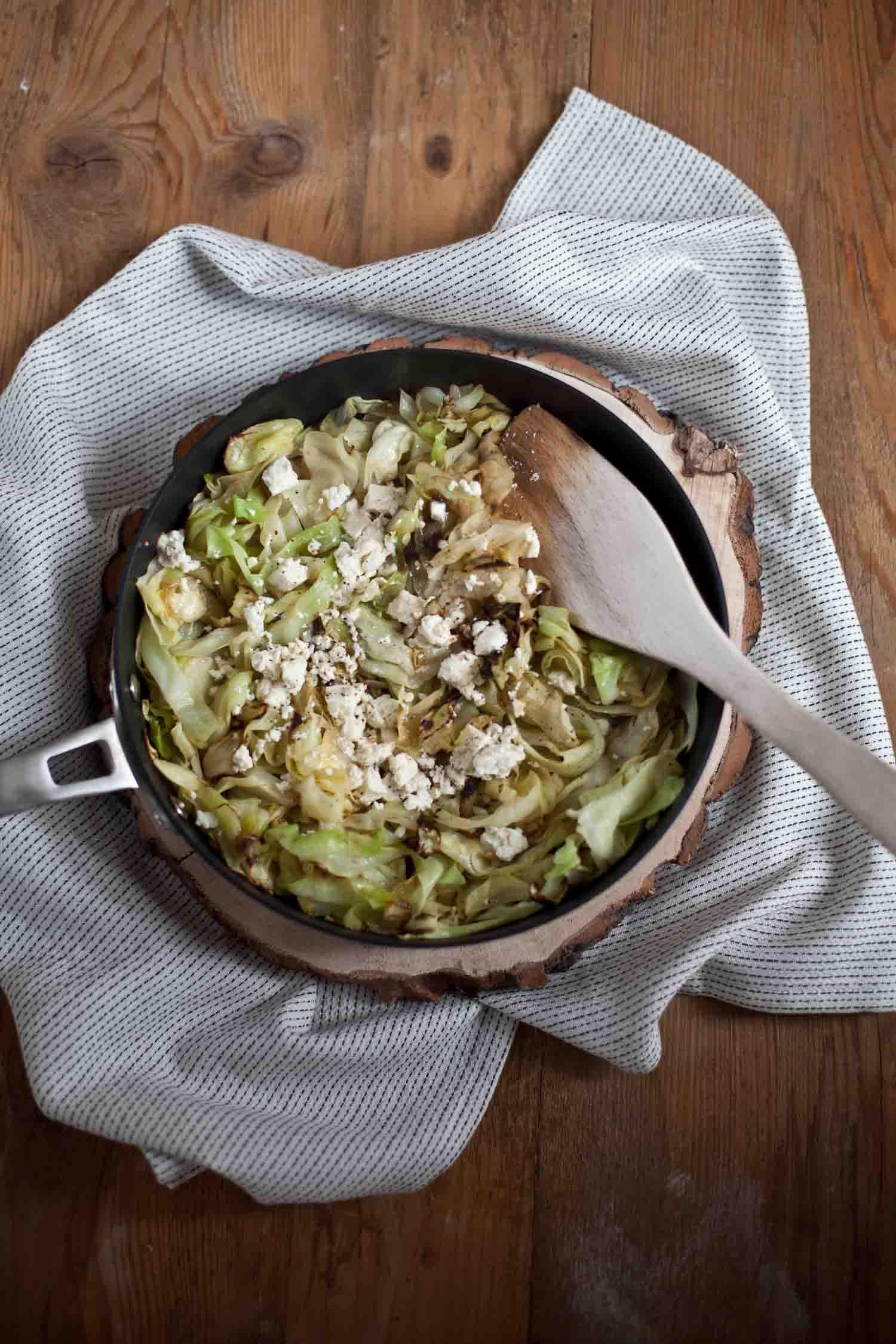 Rezept gebratener Spitzkohl mit Schafskäse saisonales Kochen Winter Gemüse